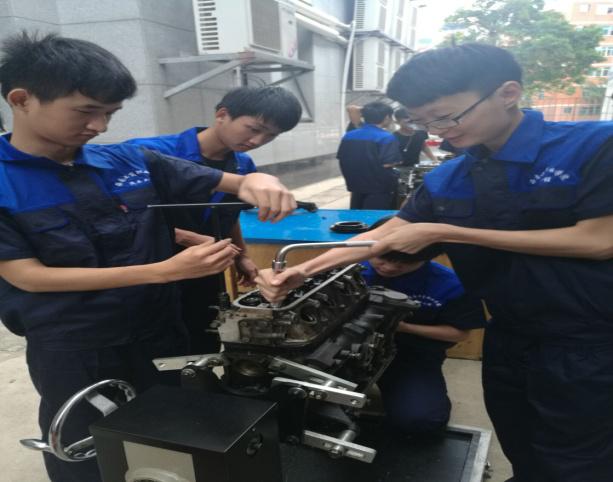 2016级汽修班学生汽车发动机拆装实训(图)