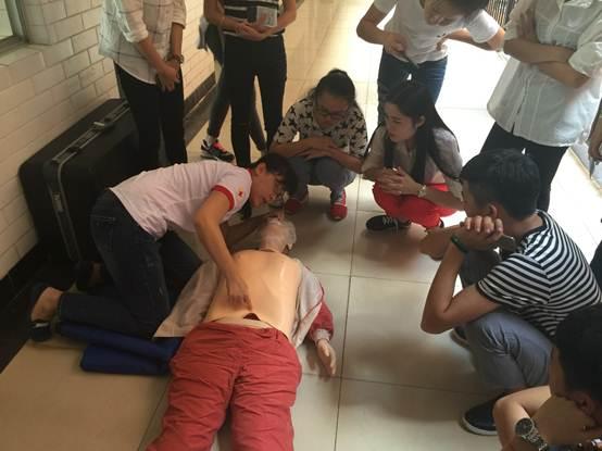 说明: C:\Users\Administrator\Desktop\交通教研室\学生技能与课外活动\红十字会急救员培训3.JPG