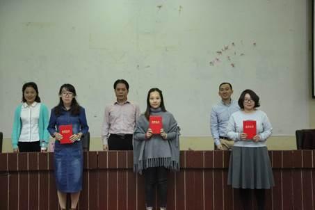 说明: C:\Users\Administrator\Desktop\讲座照片\为获得教学鼓励奖教师颁奖.JPG